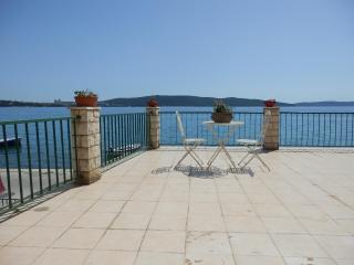 Seafront Apartment in Kastel Sucurac near Split