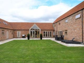 MOOR FARM BARNS, en-suite bathrooms, WiFi, Hot tub, in Doddington, Ref 30178