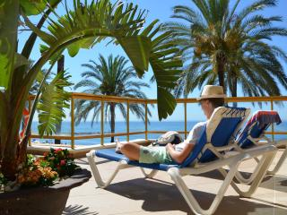 First line beachside, sea views, Old Town, free parking, 2 pools with sunbeds