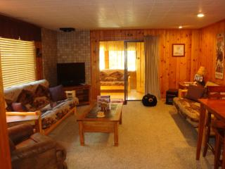 Yellowstone Wildlife Cabins - Bear Cabin (deluxe)!, West Yellowstone
