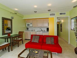 One-bedroom with ocean view and central AC; 5 min. walk to beach.  Sleeps 4., Honolulu