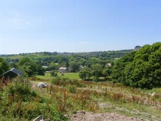 THE MILK HOUSE, woodburning stove, patio with furniture, beautiful views, good for walking, near Wirksworth, Ref 29982