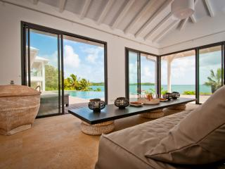 Luxury beach house, infinity pool, 4 to 5 AC BR, Le Francois