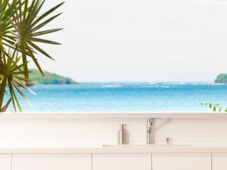 Luxury beach house, infinity pool, 4 to 5 AC BR