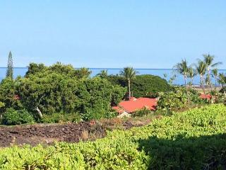 Luxurious 3 Bedroom Townhome with Lovely Ocean Views! Close to Everything!, Kailua-Kona
