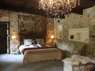 La chambre, lit 100% latex de 180 cm, tapisserie ancienne