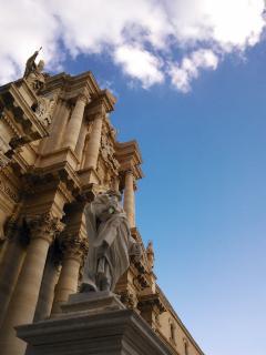 Il duomo di Siracusa, nel cuore di Ortigia, si raggiunge a piedi in 7-8 minuti