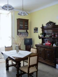 L'ampia cucina è arredata con mobili originali dell'800 siciliano, è completa di utinsili.