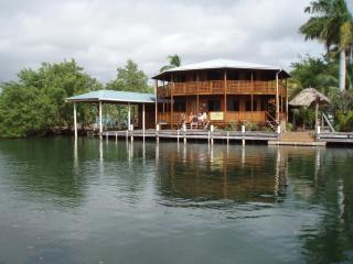 Cap's Inn 80 ft waterfront. Private home., Placencia