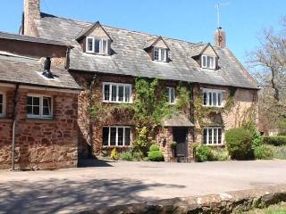 DRAGON HOUSE, Grade II listed, en-suites, open fire, bar, pet-friendly, near Dunster, Ref 25294