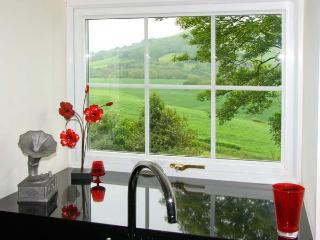 OLD RECTORY COTTAGE, swimming pool, hot tub, woodburners, beautiful views, near Newtown, Ref. 903548