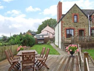 TUMP VIEW, woodburning stove, WiFi, beautiful views, Decked area with furniture, close to Royal Forest of Dean, Ref 915266, English Bicknor