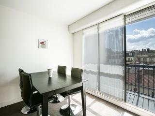 Bright studio w/balcony, Paris