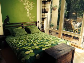 Lovely Garden Flat near Royal Park, Warschau