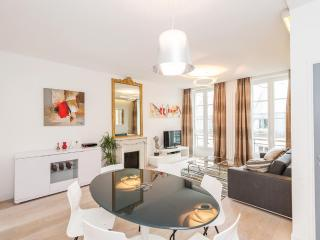 MONTORGUEIL Area = HEART OF PARIS ; MODERN, BRIGHT, SLEEPS 6 !