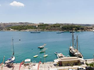 Off the Ferries Sunny, Sliema Penthouse with hot tub