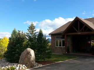 Spacious Mountain Getaway! 4 BR 4 BA minutes from skiing, shopping, everything!
