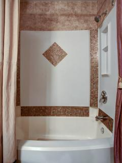 Private full guest bath w/shower-tub combo