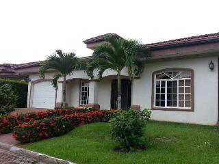 EcoVida Casa Blanca - Walk to the Beach! Huge Community Pools!