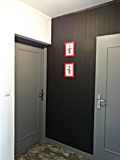 Les chambres sont à l'étage, ainsi que le placard qui cache le lave-linge et le sèche lingeipllES