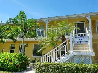 Picturesque Naples condo with heated pool and short drive to Marco Island, Napels
