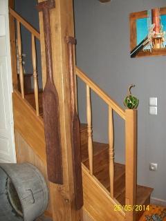 Escalier revêtu de cuir mural, marches en chêne qui monte aux deux étages+détecteur fumée obligatoir