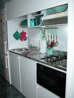 Cucina con elettrodomestici