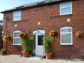 BERWYN COTTAGE, romantic, balcony with furniture, pub next door, Ref 912349, Llangedwyn