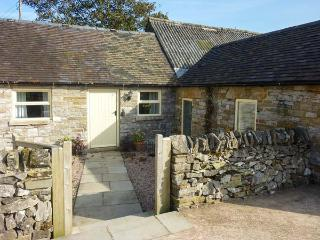 WAYWARD COTTAGE, single-storey, romantic retreat, woodburner, pet-friendly, near Leek, Ref 916357
