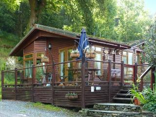 DICKENS LODGE, detached, hot tub, decking with furntiure, WiFi, near Troutbeck, Ref 916423, Troutbeck Bridge