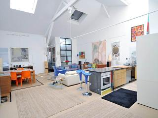 Spectacular Light Artist Loft, 3bed 2bth, sleeps 6-11 terrace, metro, parking., Parigi