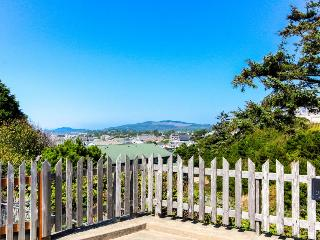 Adorable dog-friendly home in historic Deco District - short walk to beach, Newport