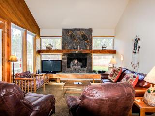 Modern mountain lodge with antique decor - SHARC passes included!