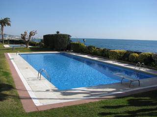 Barcelona: lovely palm garden, sea promenade, beach, big pool, friendly service
