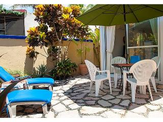 Quiet, private courtyard apartment with king bed and well equipped kitchen.