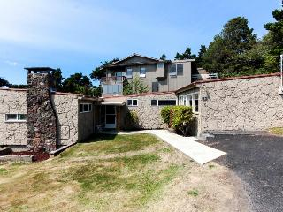Oceanside home near beach & Oregon Coast Aquarium!, Newport