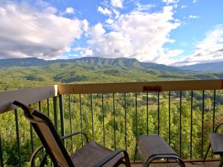 Above Par Condo - 2BR, Sleeps 4, Views, Luxury, Indoor Pool, Gatlinburg