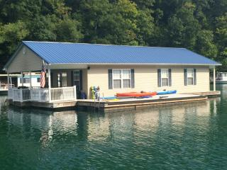 Attitude Adjustment - Norris Lake Floating House, La Follette