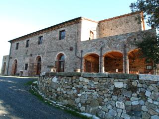 La facciata Nord di Sant'Ippolito con il portico e l'antica cisterna