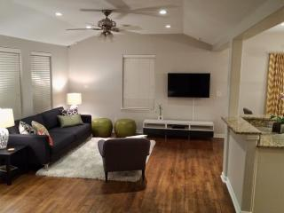 Contemporary & Private 3BR / 2BA, Sleeps 10
