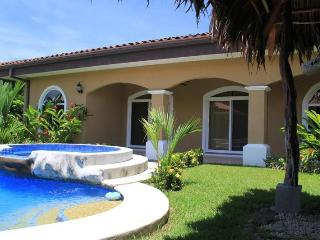 EcoVida Casa Perfecta with Private Pool! Walk to the Beach!, Playa Bejuco