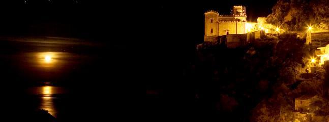 La chiesa di S. Lucia sospesa tra la roccia e il mare