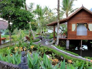 Tepi Sungai Guesthouse - wooden room, Sidemen