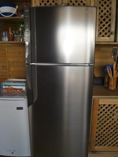 Refrigeradora grande y una pequeña para bebidas.