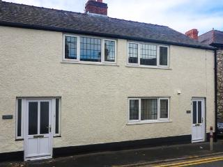 CURLEW, child-friendly, WiFi, pet-friendly cottage with enclosed garden, in Ruthin, Ref. 905850