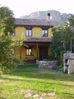 Jardín posterior con porche, pozo con brocal de piedra, barbacoa...