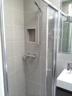 Spacious shower with flush shower tray