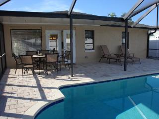 Lovely 2/2 House With Pool Near The Beach., Naples