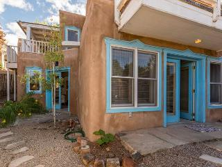 Casa Viva - walk to Plaza, Mountain and Sunset views!, Santa Fe