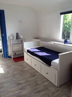 Additional bedroom with a coach convertible in 160 cm bed. Children bedroom access